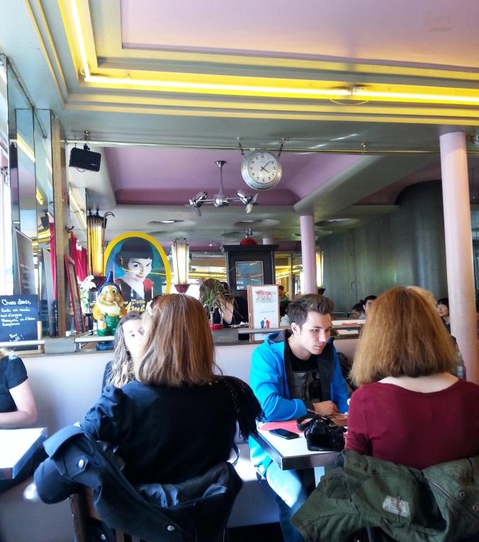 Interior do Café, onde se pode ver Amélie sorrindo ali atrás...
