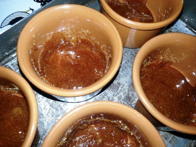 Os potinhos com o fundo forrado de caramelo.