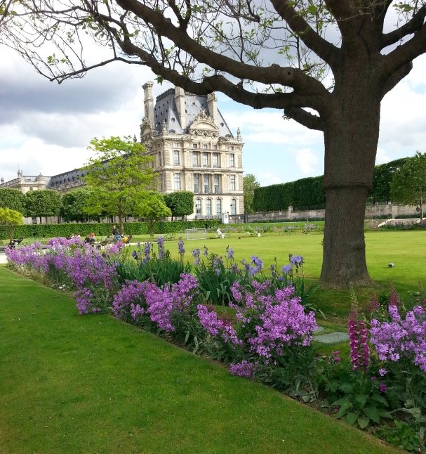 Essa foto tem um cheiro e gosto: o de crepe. As cores do Tuileries daquela tarde, o vento leve, o crepe na mão... tanta lembrança sabor crepe... (suspiros).